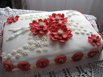 una torta di compleanno nata dall\u0027idea di creare un grande effetto con  combinazioni di colori e fiori semplici che nella loro disposizione e  rifinitura la