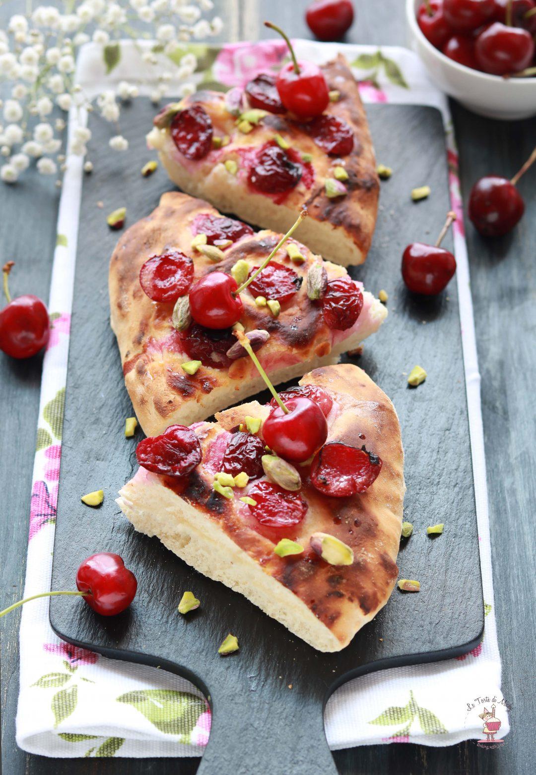Focaccia dolce alle ciliege e pistacchi