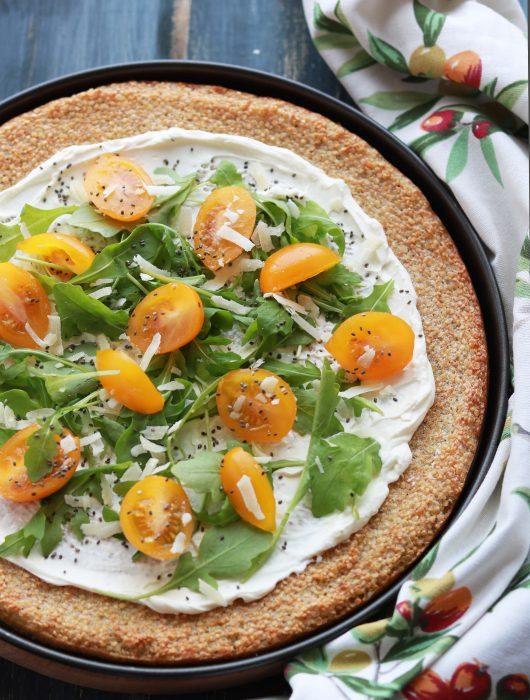 Pizza di Quinoa con formaggio light, rucola e pomodorini gialli